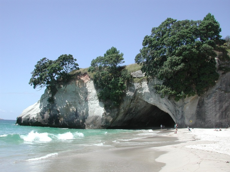 Cathedral_Cove_towards_rock_arch.jpg